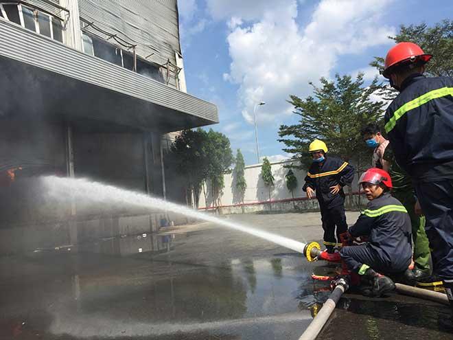 Công ty rộng hàng nghìn mét vuông ở Bình Dương bốc cháy ngùn ngụt - 7