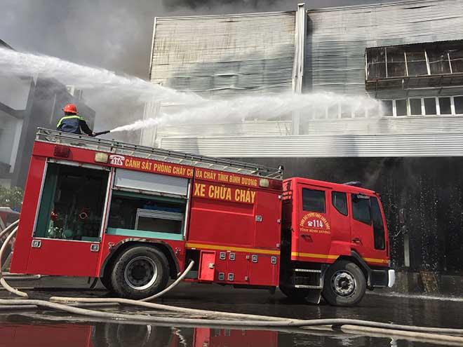 Công ty rộng hàng nghìn mét vuông ở Bình Dương bốc cháy ngùn ngụt - 5