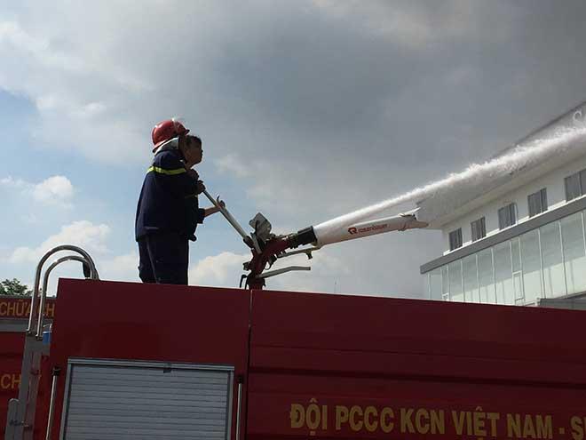 Công ty rộng hàng nghìn mét vuông ở Bình Dương bốc cháy ngùn ngụt - 4