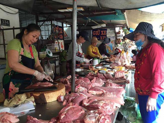 Dân gặp khó vì thịt heo tăng giá - 1