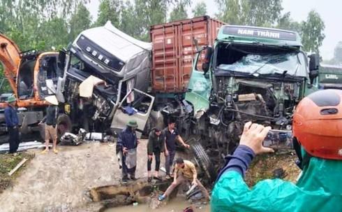 2 xe tải đâm nhau kinh hoàng, 3 tài xế bị thương nặng, quốc lộ ùn tắc