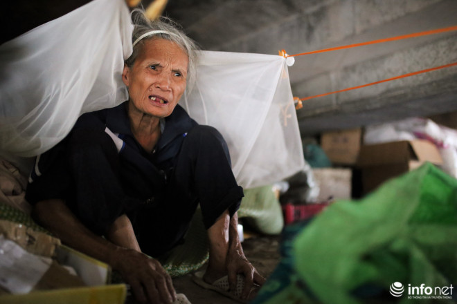 Nhà trên phố không ở, cụ bà gần 80 tuổi ra gầm cầu ngủ suốt 10 năm vì