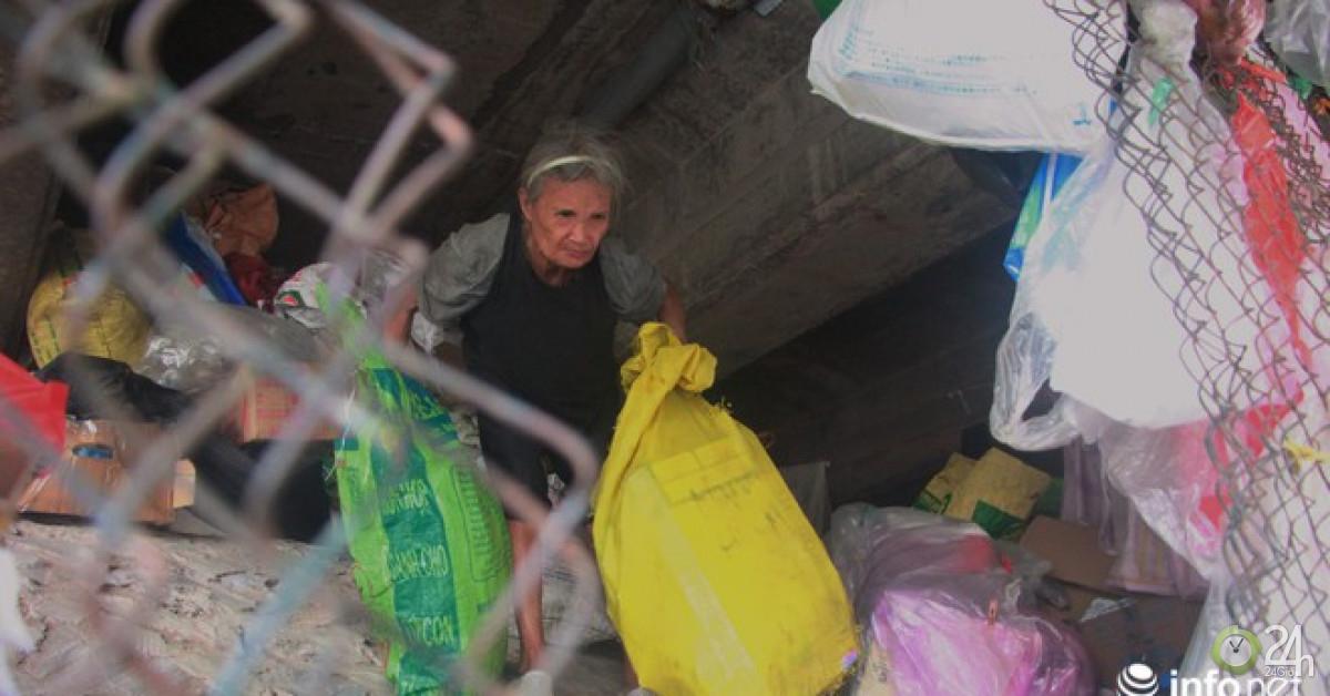 """Nhà trên phố không ở, cụ bà gần 80 tuổi ra gầm cầu ngủ suốt 10 năm vì """"ở đây mát hơn"""" - Tin tức 24h"""