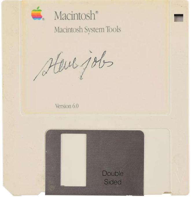 """Đĩa mềm có chữ ký của Steve Jobs bị """"thét giá"""" gấp 4 lần MacBook Pro - 1"""