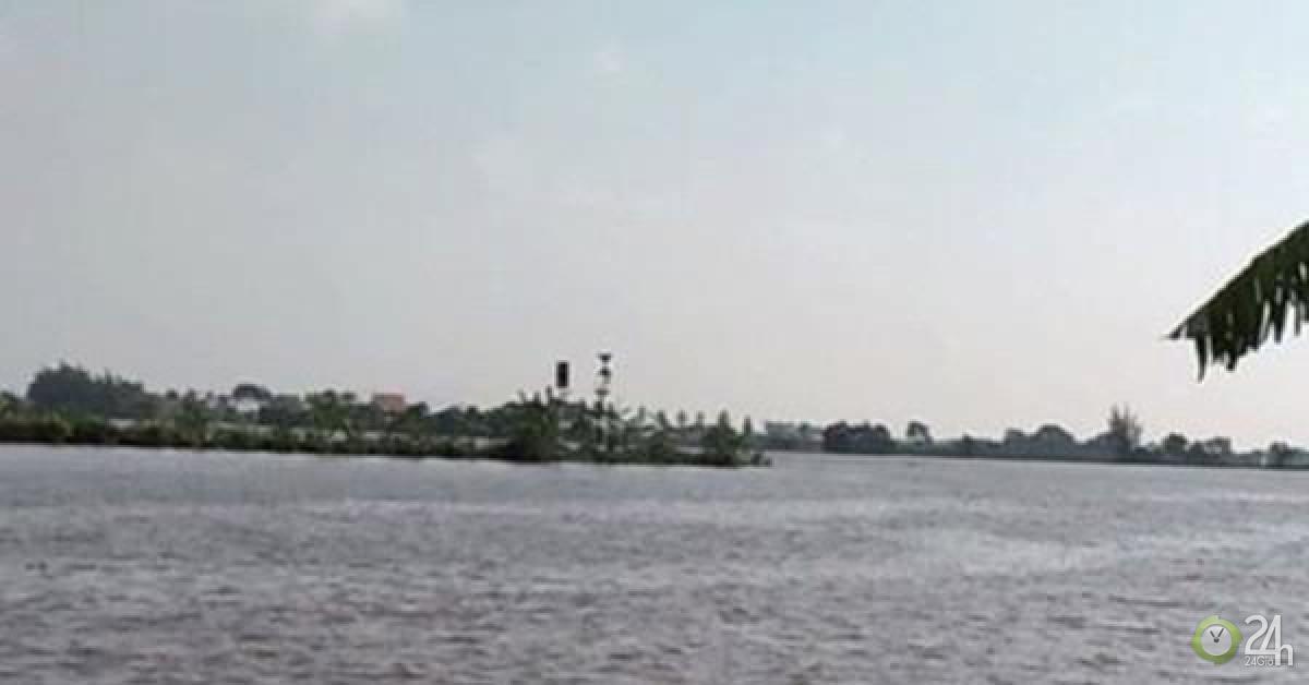 Tàu chở gạch chìm trên sông, 2 người mất tích sau tiếng kêu cứu - Tin tức 24h