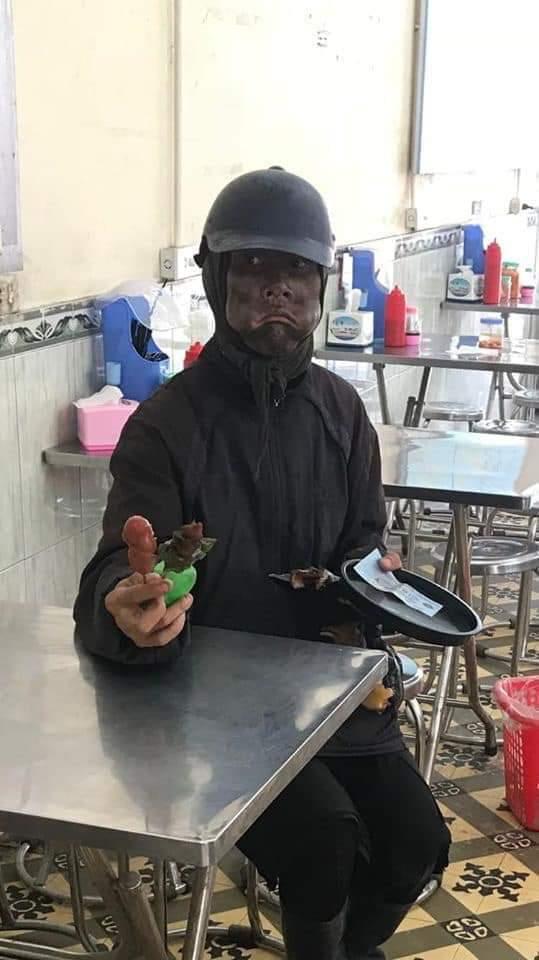 Thực hư thông tin nhóm người bôi đen mặt, tay cầm đầu gà đe dọa để xin tiền - 1