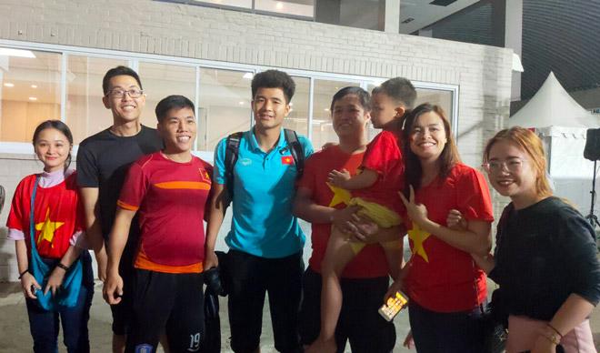 """Hà Đức Chinh tiết lộ """"bí mật"""" phòng thử doping sau trận thắng U22 Singapore"""