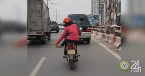 Clip: Người phụ nữ vắt chéo chân lạng lách trên phố Hà Nội gây sốc