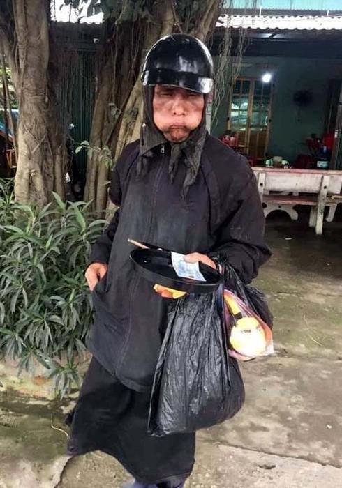 """""""Bạn trai tin đồn"""" của Ninh Dương Lan Ngọc hóa trang thành ăn xin mặt đen quái dị gây phẫn nộ - 3"""