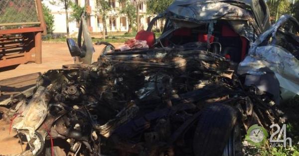 Xe bán tải va chạm kinh hoàng với xe tải, 3 người tử vong - Tin tức 24h