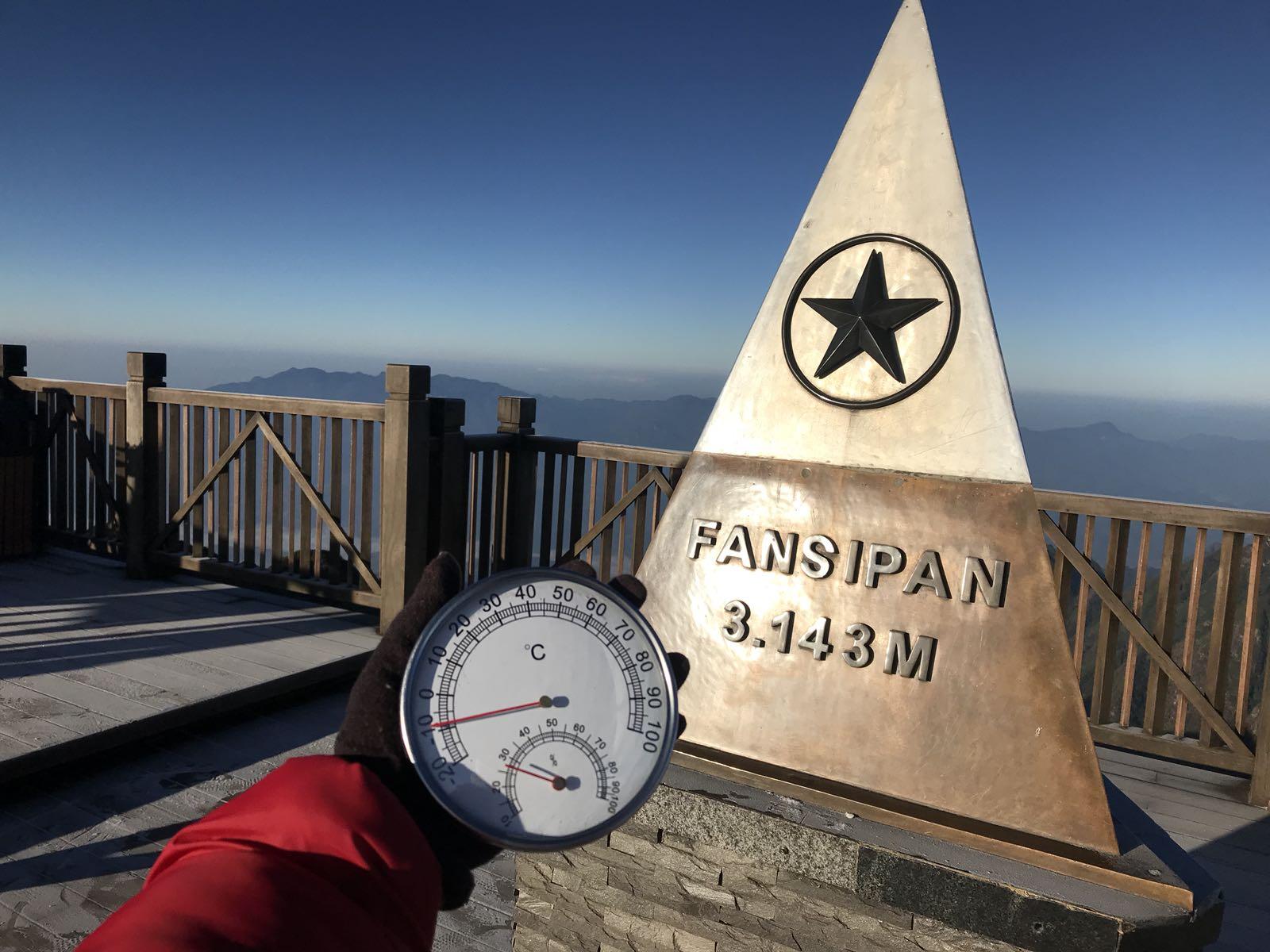 Ảnh: Nhiệt độ giảm xuống -8 độ C, tuyết rơi trắng xóa trên đỉnh Fansipan