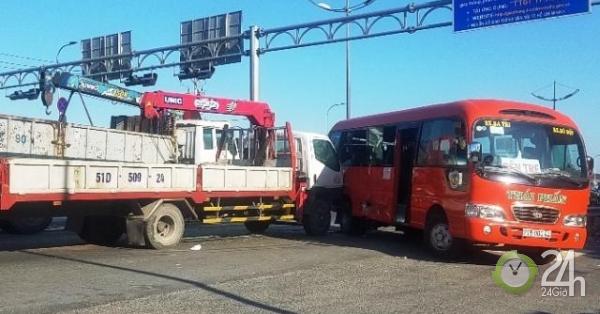 Xe tải cẩu đẩy xe khách đi nhiều mét trên đường, hành khách gào thét - Tin tức 24h