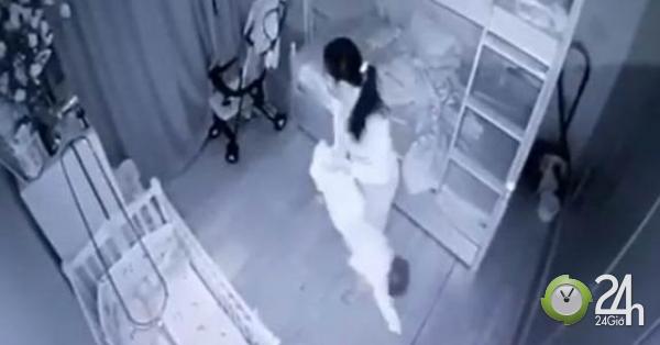 Phẫn nộ clip người giúp việc cầm chân bé 1 tuổi dốc ngược rồi ném xuống giường - Tin tức 24h