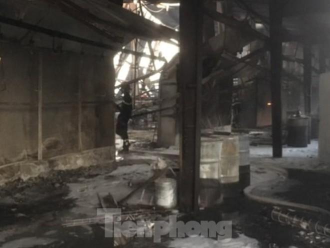 Cháy lớn ở công ty gỗ rộng 2.000m2 tại Bình Dương - 4