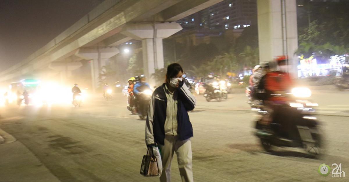Khổ sở bịt mũi, che mồm vượt 'sa mạc' ở Hà Nội - Tin tức 24h