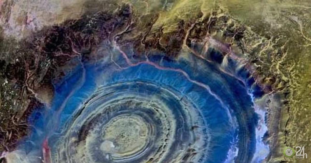 Con mắt khổng lồ bí ẩn trên sa mạc lớn nhất thế giới
