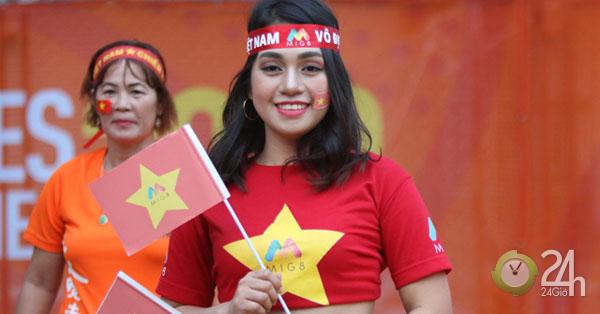 """""""Bóng hồng"""" đến sân cổ vũ U22 Việt Nam giành Vàng SEA Games hút hồn triệu fan-Bóng đá 24h"""