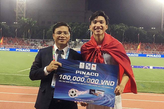Văn Hậu nhận thưởng tại sân: 100 triệu đồng từ PINACO - 3