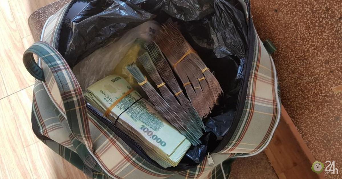Sáng sớm thấy túi tiền lớn trước cửa, chủ quán cơm trình báo công an - Tin tức 24h