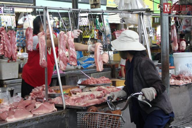 """Thịt heo tăng giá, dịch vụ ăn uống """"té nước theo mưa"""" - 1"""
