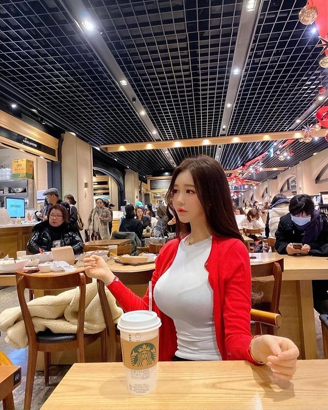 Chỉ ngồi uống cà phê, cô gái khiến ai cũng mê mẩn vì đẹp như búp bê Barbie - 1