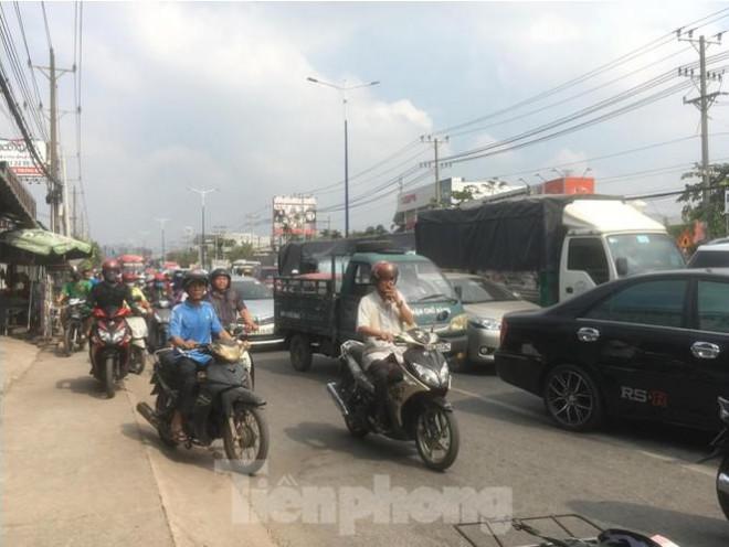 Xe chở 50 con heo tông vào nhà dân khiến quốc lộ 13 kẹt cứng 2km - 1