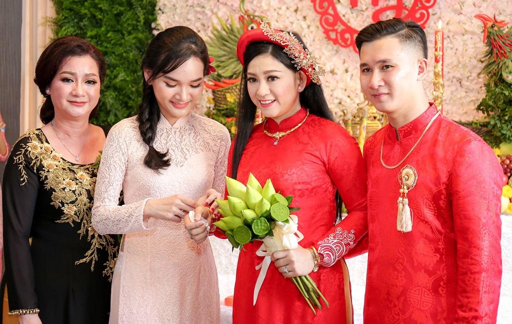 """Nhan sắc hai cô vợ đầu kín tiếng của """"ông vua cải lương"""" Kim Tử Long - 4"""