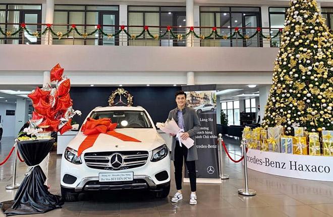 Thủ môn Bùi Tiến Dũng nhận bàn giao Mercedes-Benz GLC 250 giá gần 2 tỷ đồng - 1