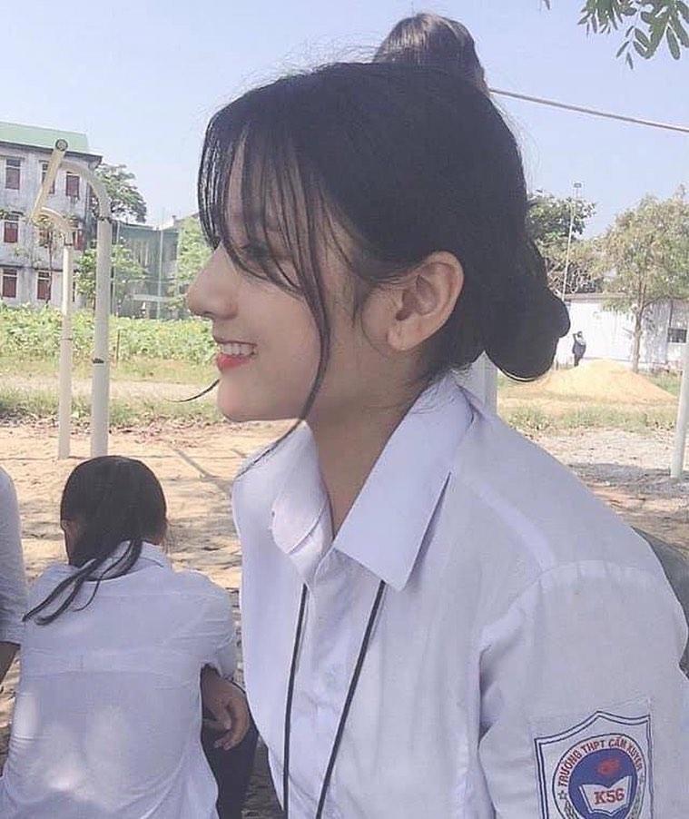 """2 nữ sinh Việt như """"bản sao Địch Lệ Nhiệt Ba"""" quyến rũ với áo dài, đồng phục - 6"""