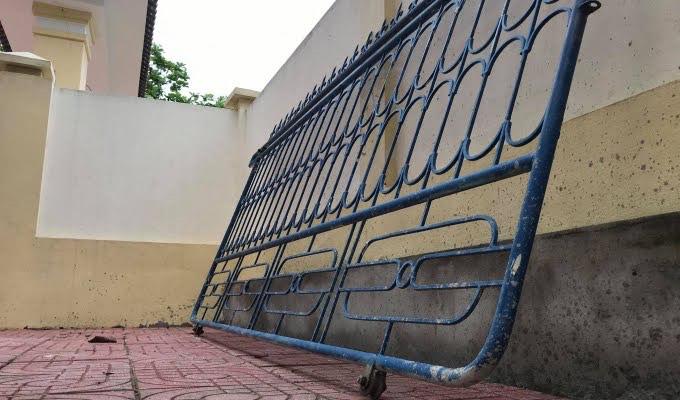 Sập cổng trường đè trúng học sinh lớp 3 - 1