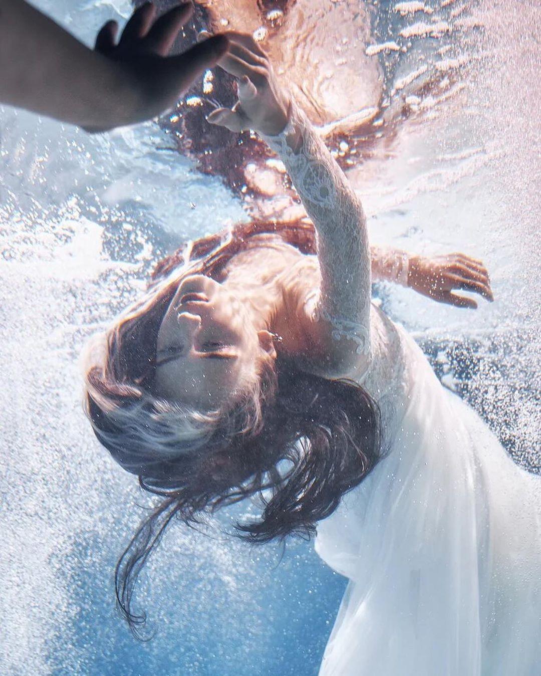 """""""Nàng tiên cá"""" diện váy cưới lộng lẫy dưới nước thu hút 5 triệu người theo dõi - 2"""