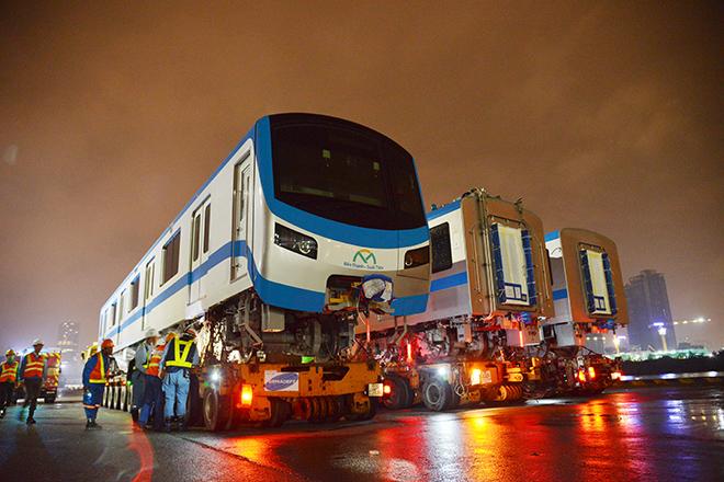Người Sài Gòn ngỡ ngàng thấy đoàn xe siêu trường, siêu trọng chở tàu metro trên phố - 1