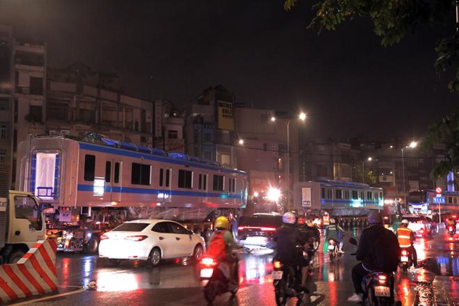 Người Sài Gòn ngỡ ngàng thấy đoàn xe siêu trường, siêu trọng chở tàu metro trên phố - 11
