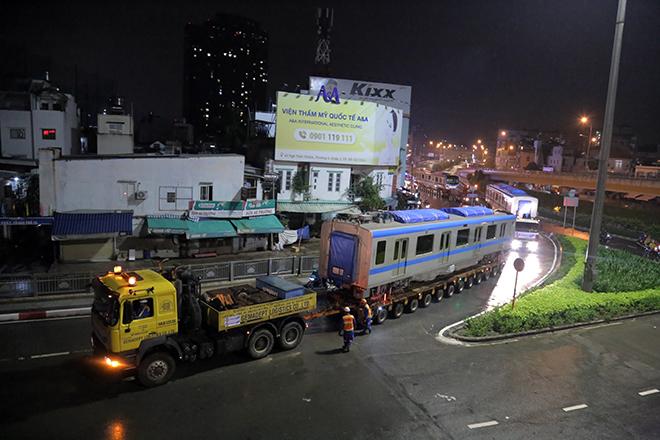 Người Sài Gòn ngỡ ngàng thấy đoàn xe siêu trường, siêu trọng chở tàu metro trên phố - 12