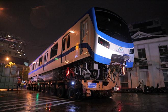 Người Sài Gòn ngỡ ngàng thấy đoàn xe siêu trường, siêu trọng chở tàu metro trên phố - 2