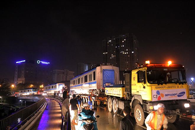 Người Sài Gòn ngỡ ngàng thấy đoàn xe siêu trường, siêu trọng chở tàu metro trên phố - 3
