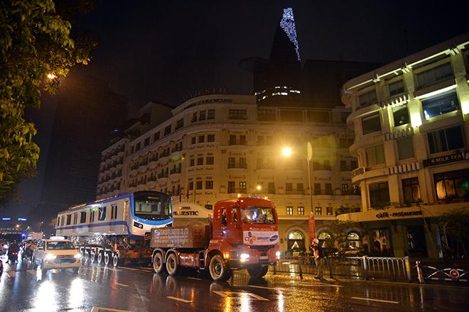 Người Sài Gòn ngỡ ngàng thấy đoàn xe siêu trường, siêu trọng chở tàu metro trên phố - 4