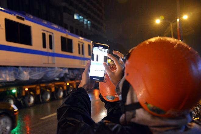 Người Sài Gòn ngỡ ngàng thấy đoàn xe siêu trường, siêu trọng chở tàu metro trên phố - 5