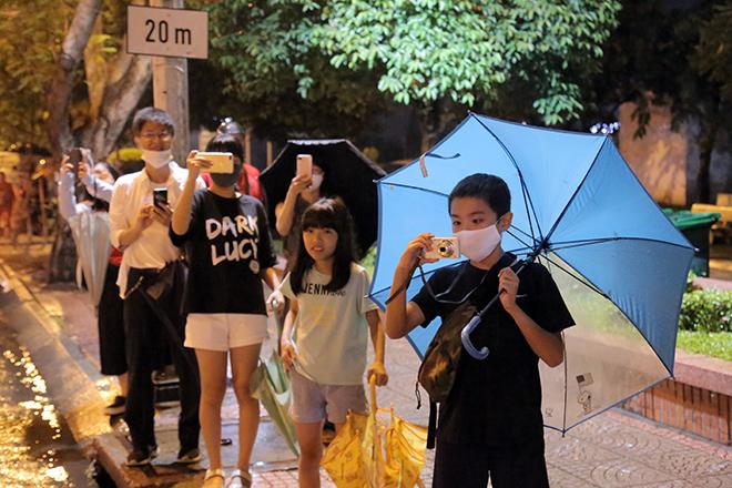 Người Sài Gòn ngỡ ngàng thấy đoàn xe siêu trường, siêu trọng chở tàu metro trên phố - 6