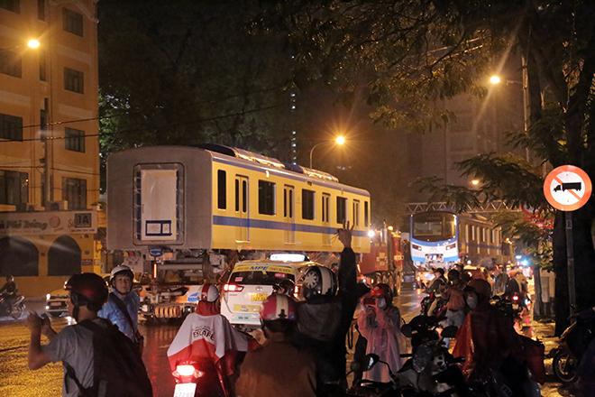Người Sài Gòn ngỡ ngàng thấy đoàn xe siêu trường, siêu trọng chở tàu metro trên phố - 7