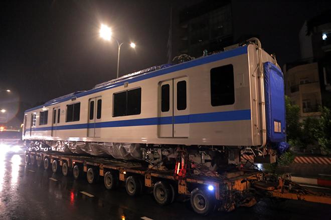 Người Sài Gòn ngỡ ngàng thấy đoàn xe siêu trường, siêu trọng chở tàu metro trên phố - 8