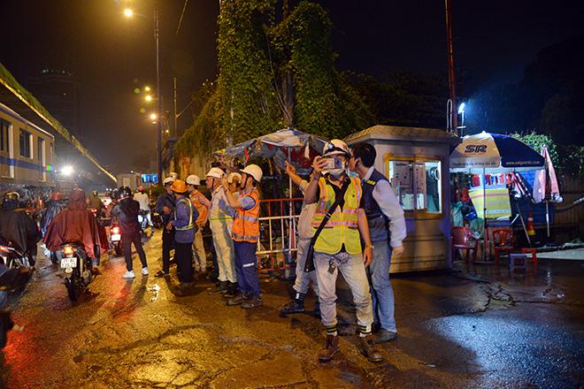 Người Sài Gòn ngỡ ngàng thấy đoàn xe siêu trường, siêu trọng chở tàu metro trên phố - 9