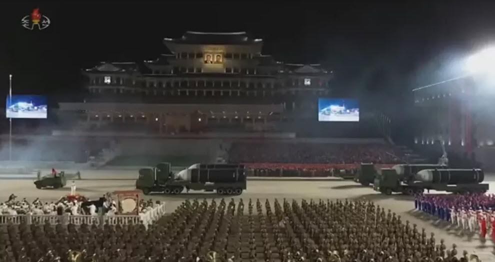 Vì sao Triều Tiên chọn duyệt binh rầm rộ với hàng loạt vũ khí mới vào nửa đêm?
