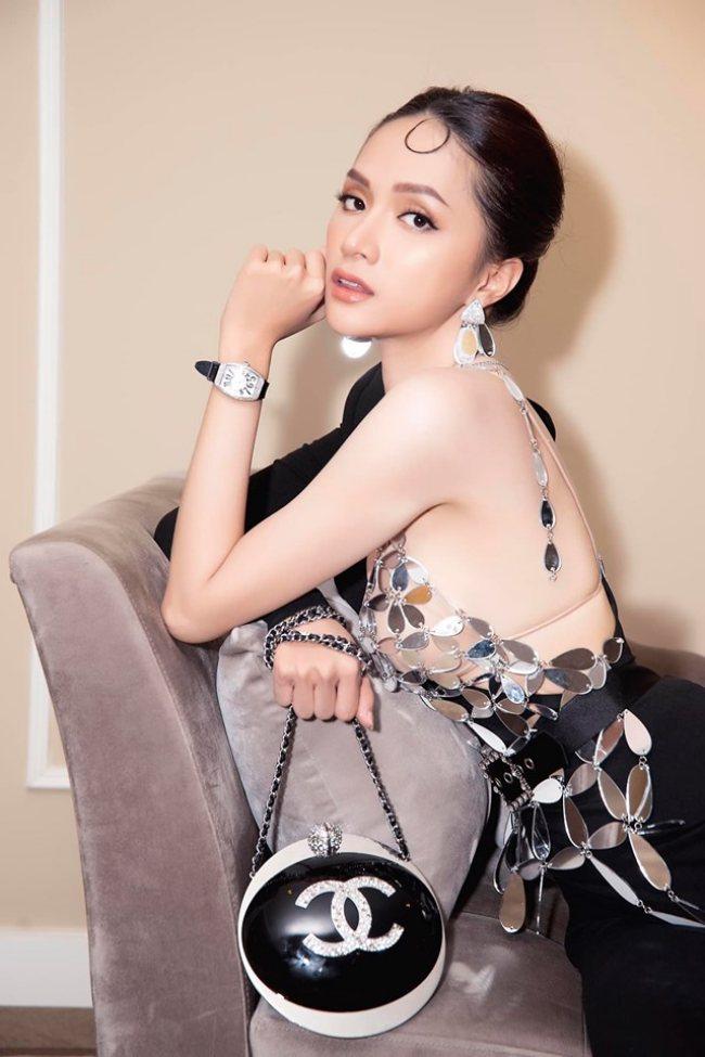 """""""Mặc trên người toàn đô la"""" như nữ chủ tịch là hoa hậu giàu """"vượt"""" Mai Phương Thuý"""