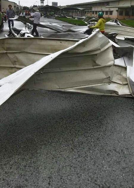 Clip: Khoảnh khắc lốc xoáy cuốn bay hàng trăm tấm tôn, nhà kho đổ sập - 2