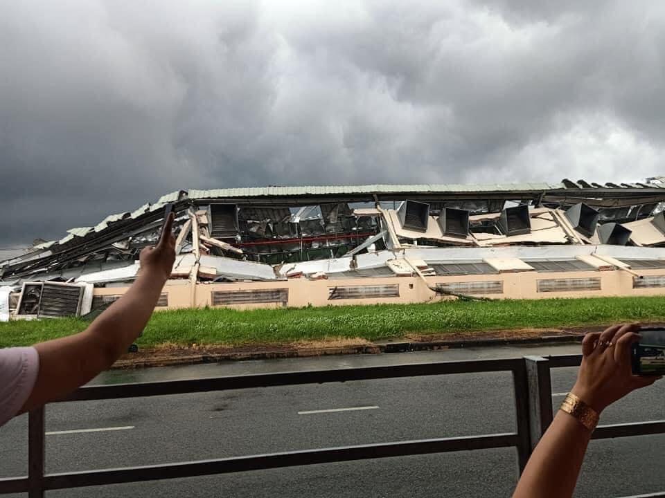 Clip: Khoảnh khắc lốc xoáy cuốn bay hàng trăm tấm tôn, nhà kho đổ sập - 4