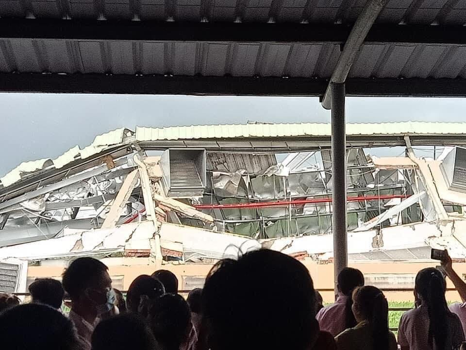 Clip: Khoảnh khắc lốc xoáy cuốn bay hàng trăm tấm tôn, nhà kho đổ sập - 5