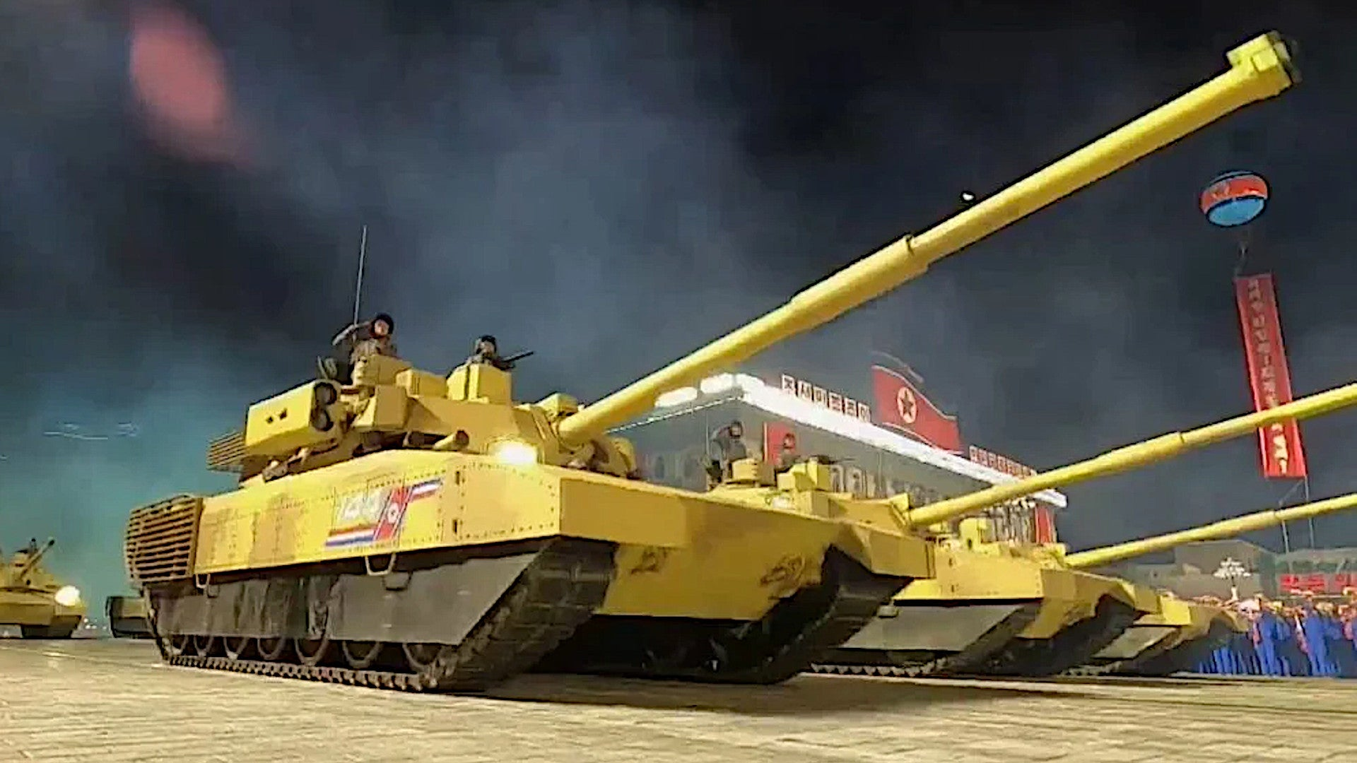 Soi mẫu xe tăng hoàng kim Triều Tiên đem ra duyệt binh: Điểm lạ lùng hiếm thấy