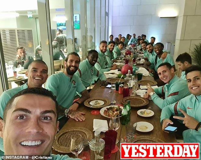Ronaldo mắc Covid-19 đi chuyên cơ cấp cứu, bị quan chức quê nhà chỉ trích - 1