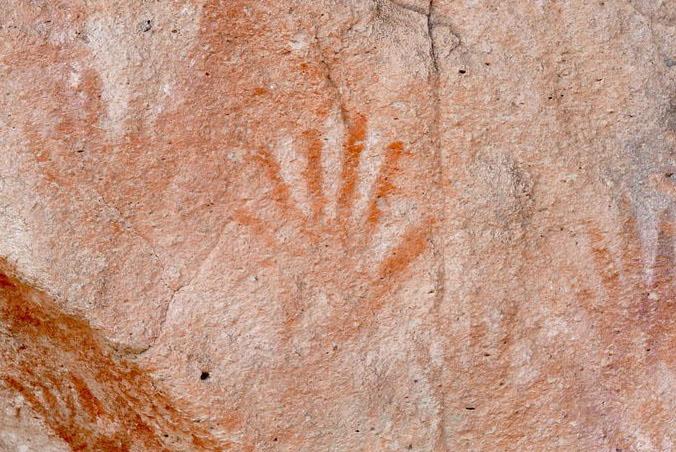 Thông điệp bí ẩn từ những bức họa 9000 năm tuổi toàn dấu in bàn tay trong hang động này - 10